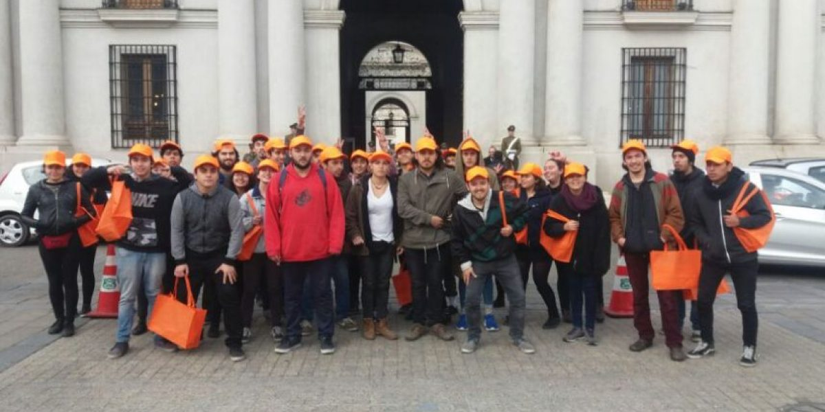 La foto como turistas con la que estudiantes engañaron a la seguridad de La Moneda