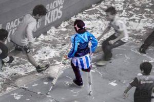 Ya que se muestra jugando fútbol con muletas Foto:Twitter.com/BonomoSabri. Imagen Por: