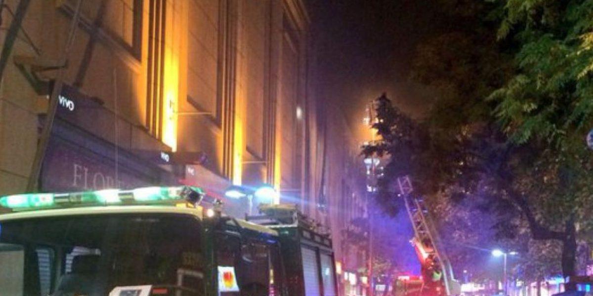 Incendio afectó céntrico mall de Santiago