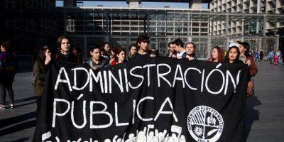 Estudiantes se manifiestan afuera del Centro de Justicia