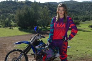 La guapa Cata Vallejos se luce arriba de su moto