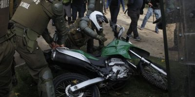 Atacan a motorista de Carabineros con piedra de grandes dimensiones durante marcha de estudiantes