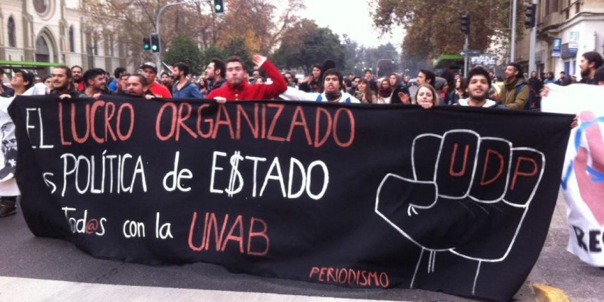 Estudiantes de la UDP y Unab bloquearon por unos minutos la Alameda
