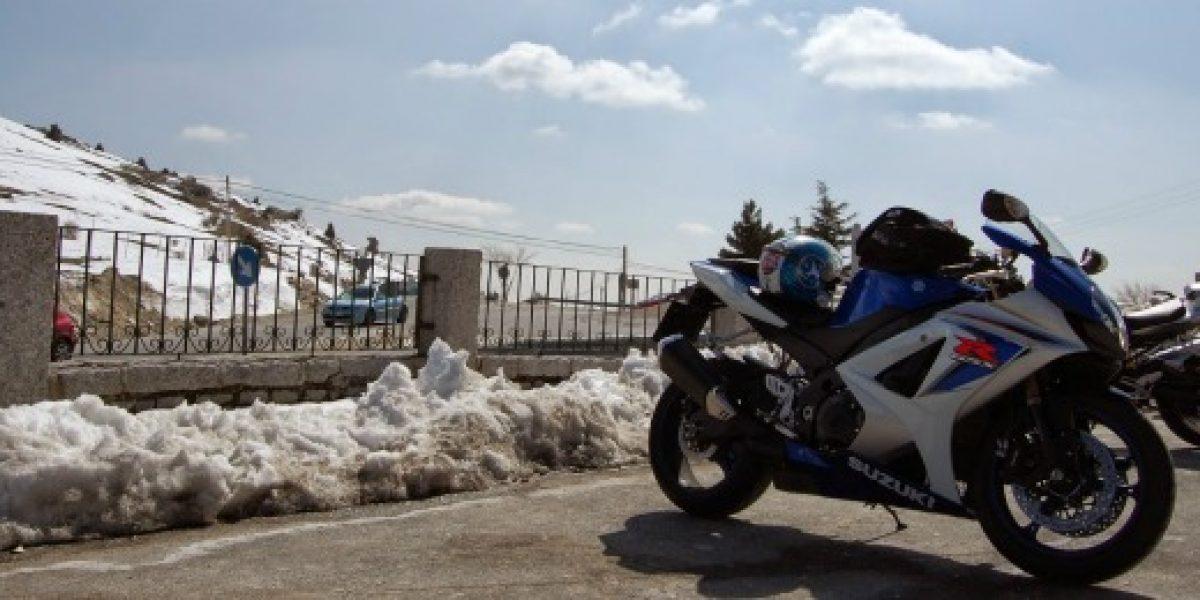 Esto necesitas para no bajarte de la moto en invierno