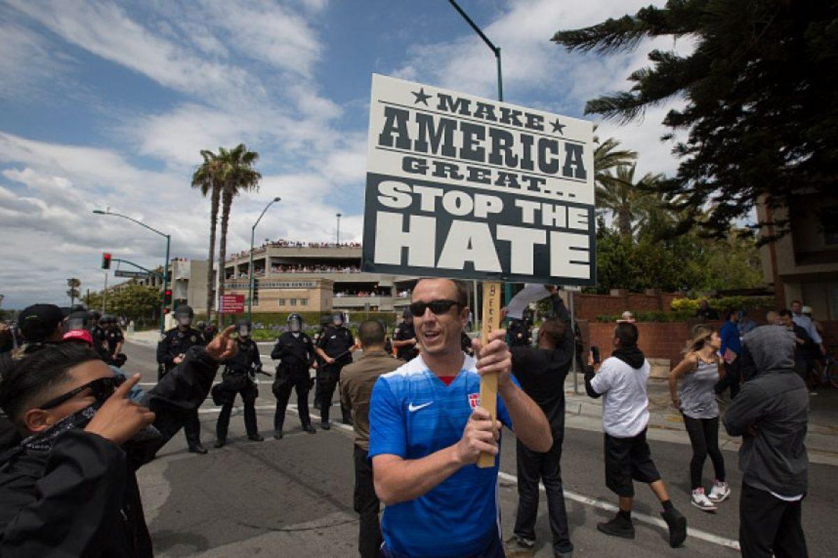 Los activistas portaban letreros contra el empresario Foto:Getty Images. Imagen Por: