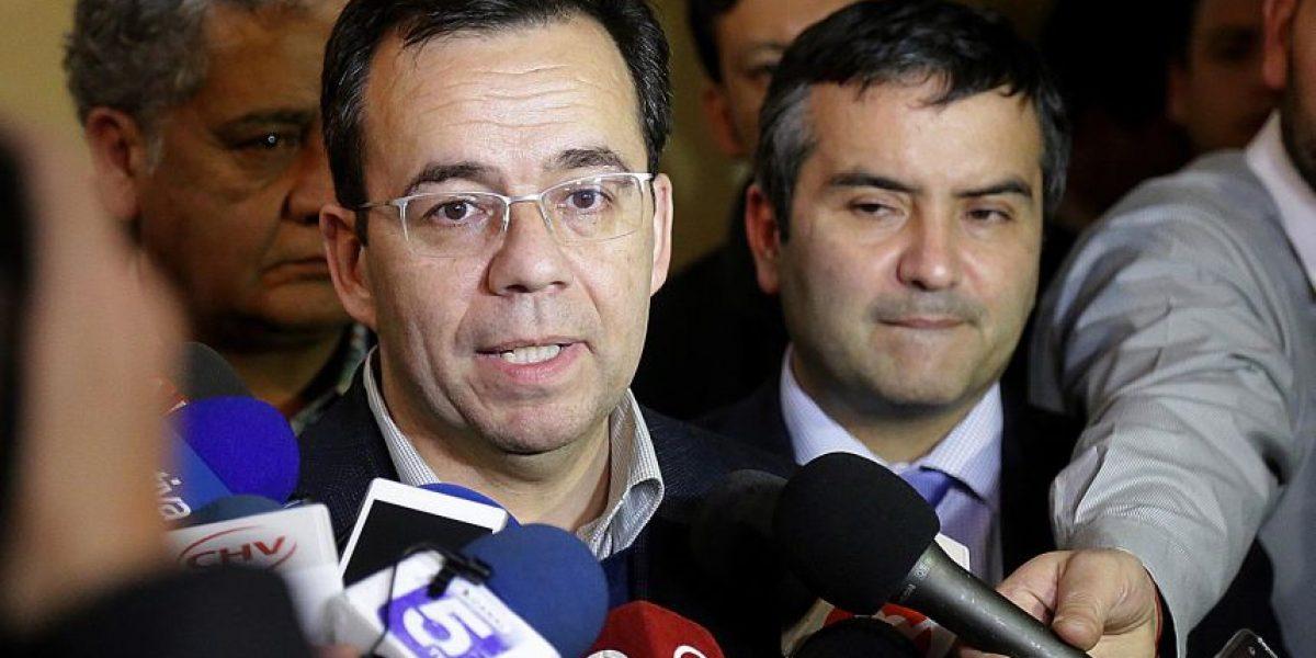 Ministro Céspedes verificó en Calbuco cumplimiento de acuerdos por marea roja