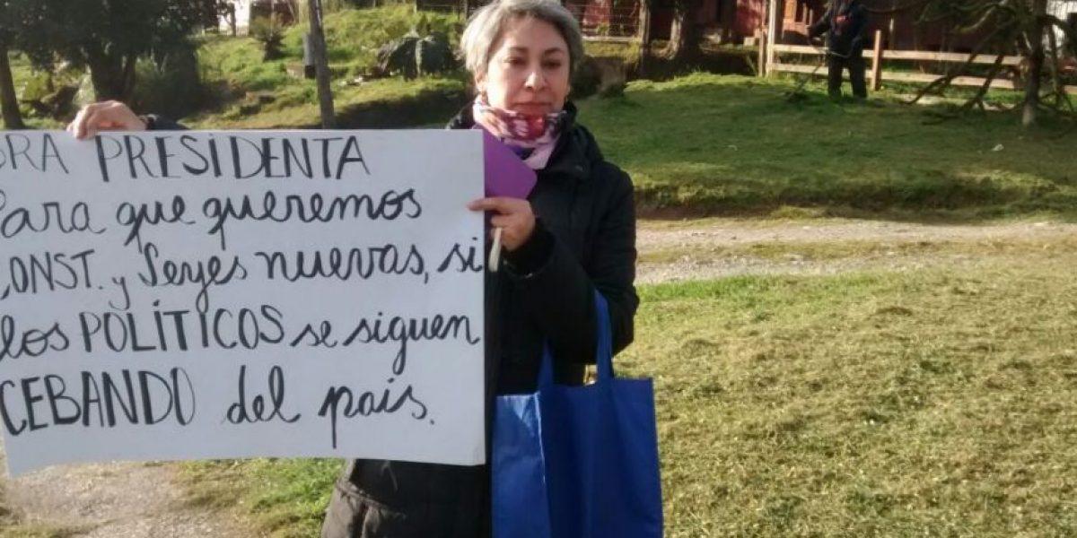 El cartel alusivo a la Constitución con que recibieron a Bachelet en Puerto Cisnes