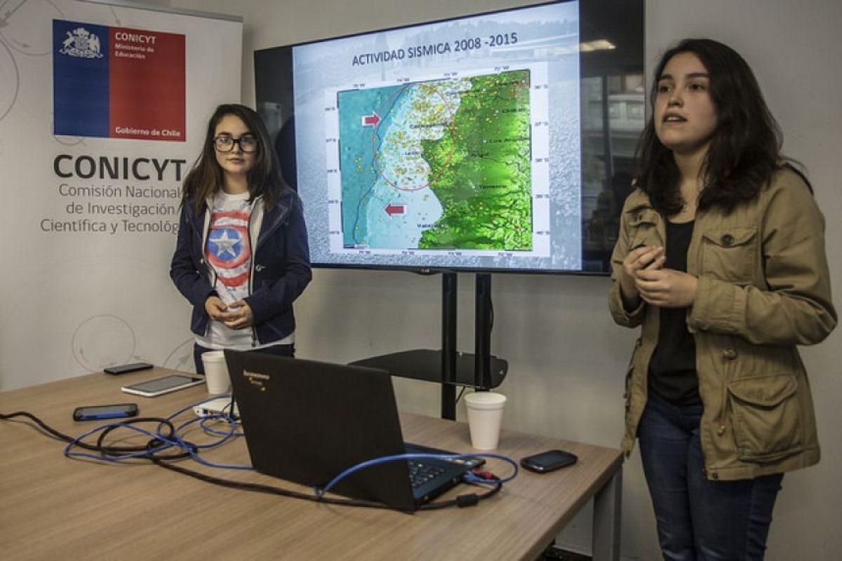 Claudia Poblete y Roxana Cuevas diseñaron una app que predice movimientos telúricos Foto:Conicyt. Imagen Por:
