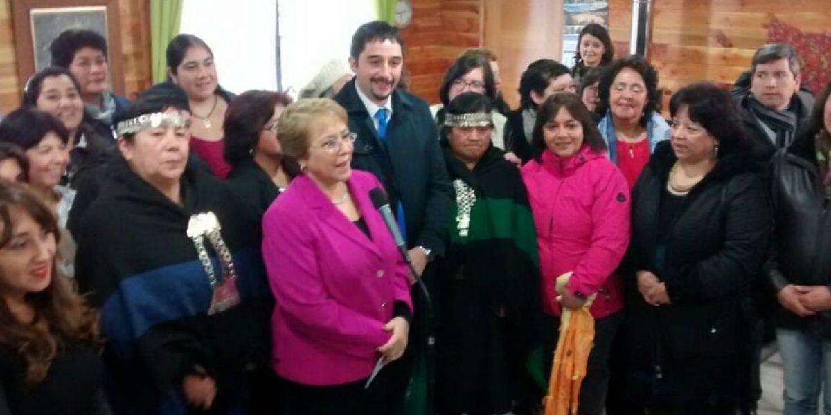 Bachelet ratifica compromiso de modificar ley de violencia contra mujeres tras visitar a madre de Nabila Rifo