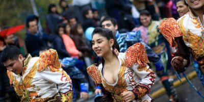 Lluvia no aguó enérgico y colorido Carnaval de Santiago