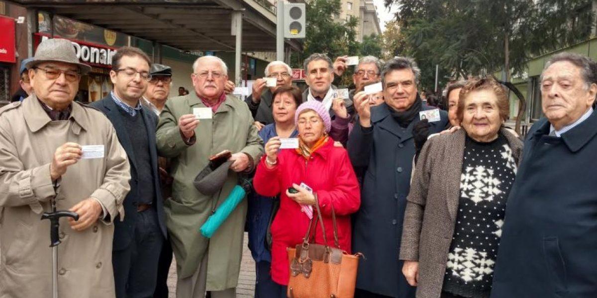 Adultos mayores exigen rebaja de pasajes del Metro