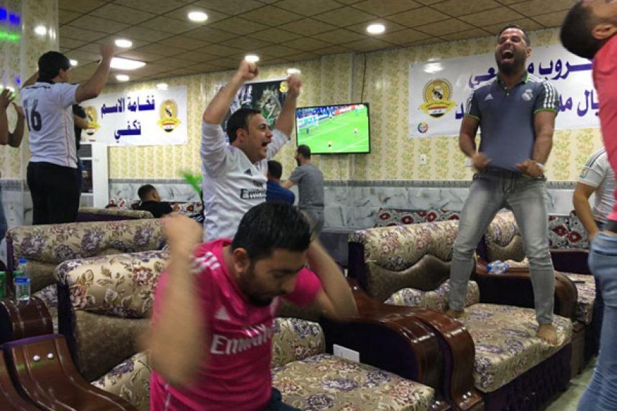 Todo era felicidad y emoción en una peña madridista en Iraq… Foto:AFP. Imagen Por:
