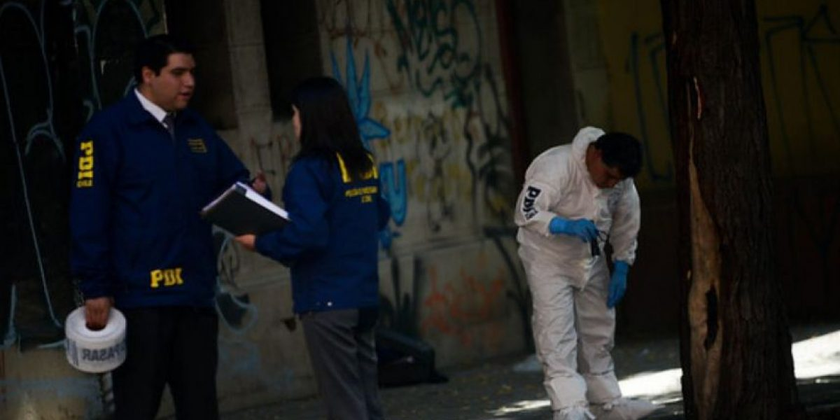 Joven de 18 años es asesinada tras recibir dos puñaladas en pleno centro de Santiago