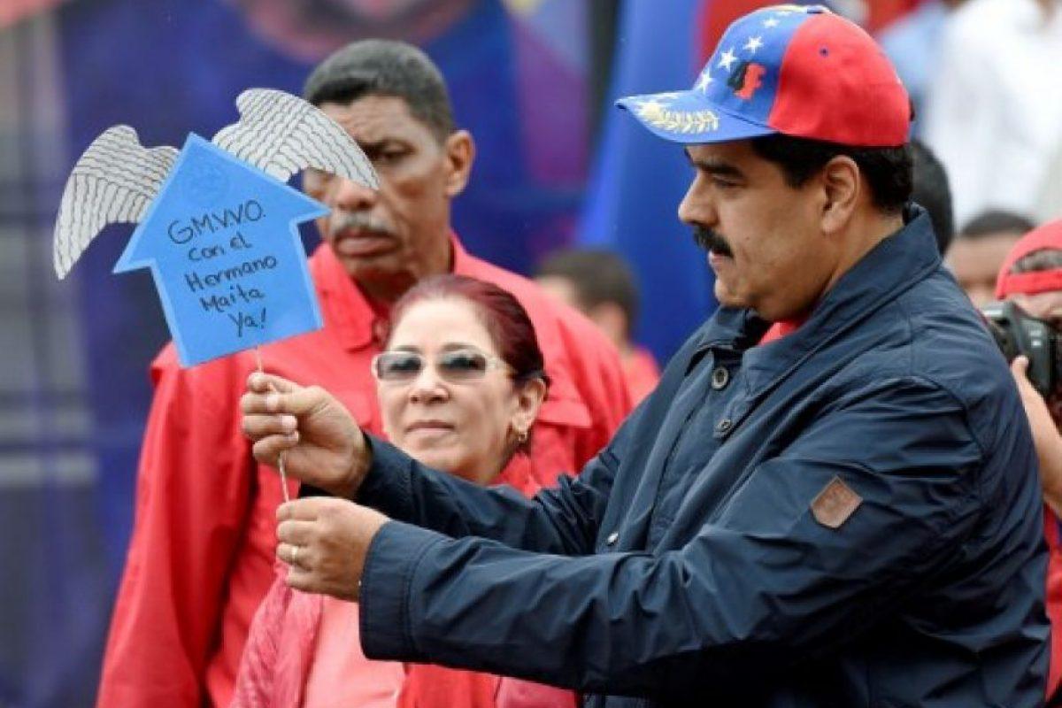 Sin embargo, esta no deja de insistir que deje el cargo. Foto:AFP. Imagen Por: