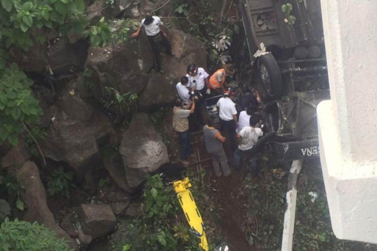 El conductor quedó atrapado entre los hierros retorcidos del autobús tipo pullman de la empresa San Luiseña que cayó a una hondonada entre dos puentes. Foto:Grupo Emisoras Unidas. Imagen Por: