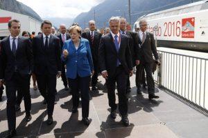 La canciller alemana, Angela Merkel, el presidente francés, François Hollande, y el primer ministro italiano, Matteo Renzi, eran esperados en la ceremonia de inauguración. Foto:AFP. Imagen Por: