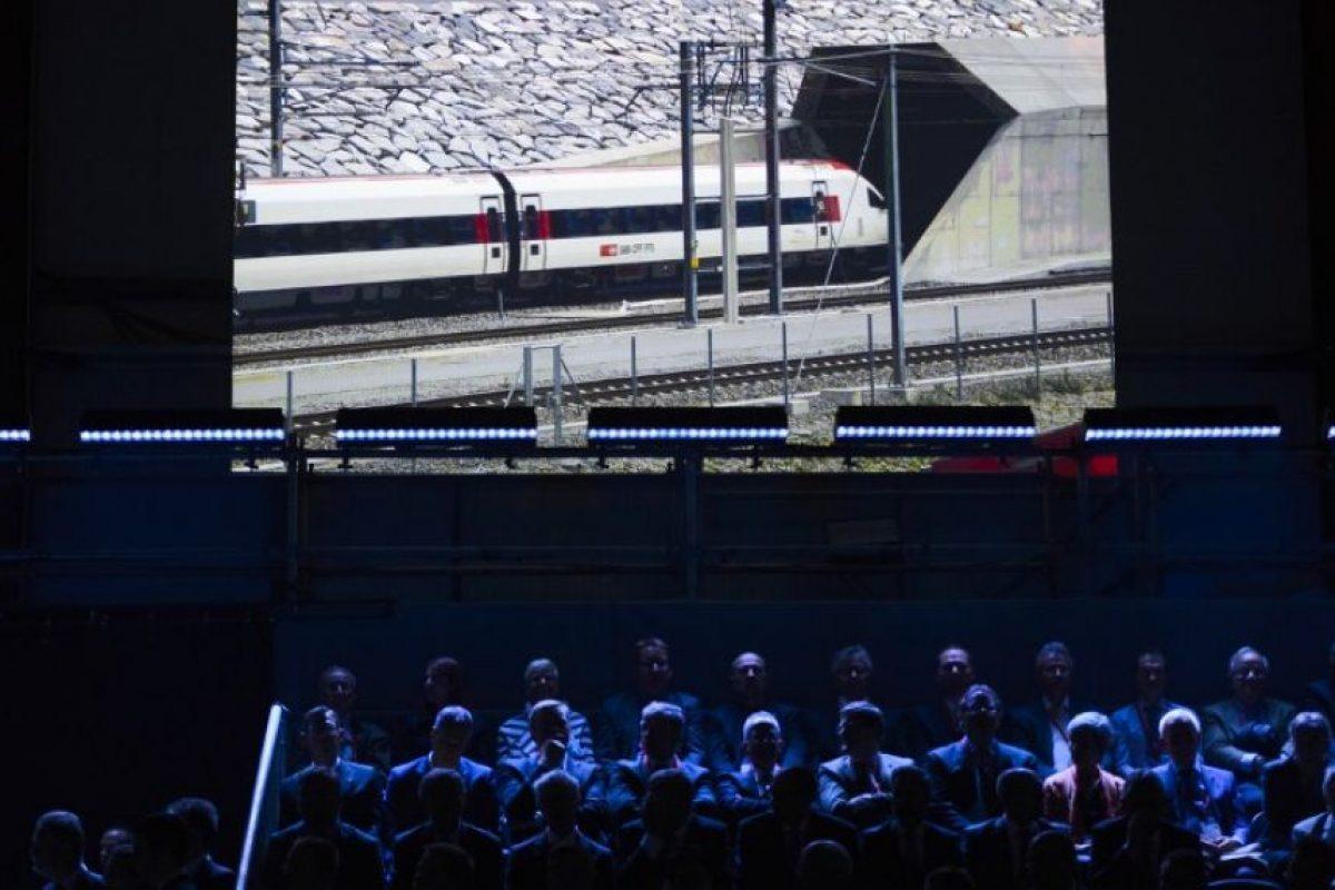 El colosal túnel, que ha necesitado 17 años de obras, entrará realmente en funcionamiento en diciembre. Constituirá la pieza clave de la nueva línea ferroviaria que cruzará los Alpes (Neat), permitiendo crear un nuevo mapa de comunicaciones en el eje norte-sur de Europa. Foto:AFP. Imagen Por: