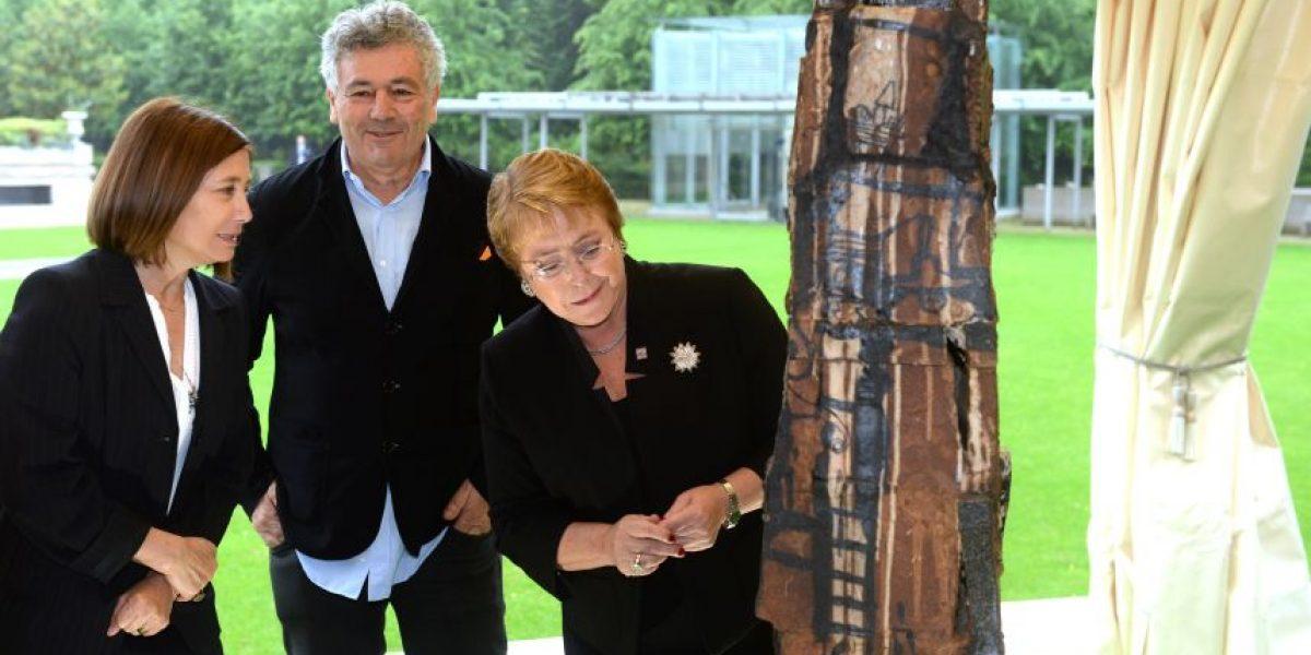 Presidenta Bachelet entrega estatua de artista chileno a la Ocde en París