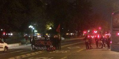 Estudiantes de la Unab son dispersados por Carabineros tras bloque de la Alameda