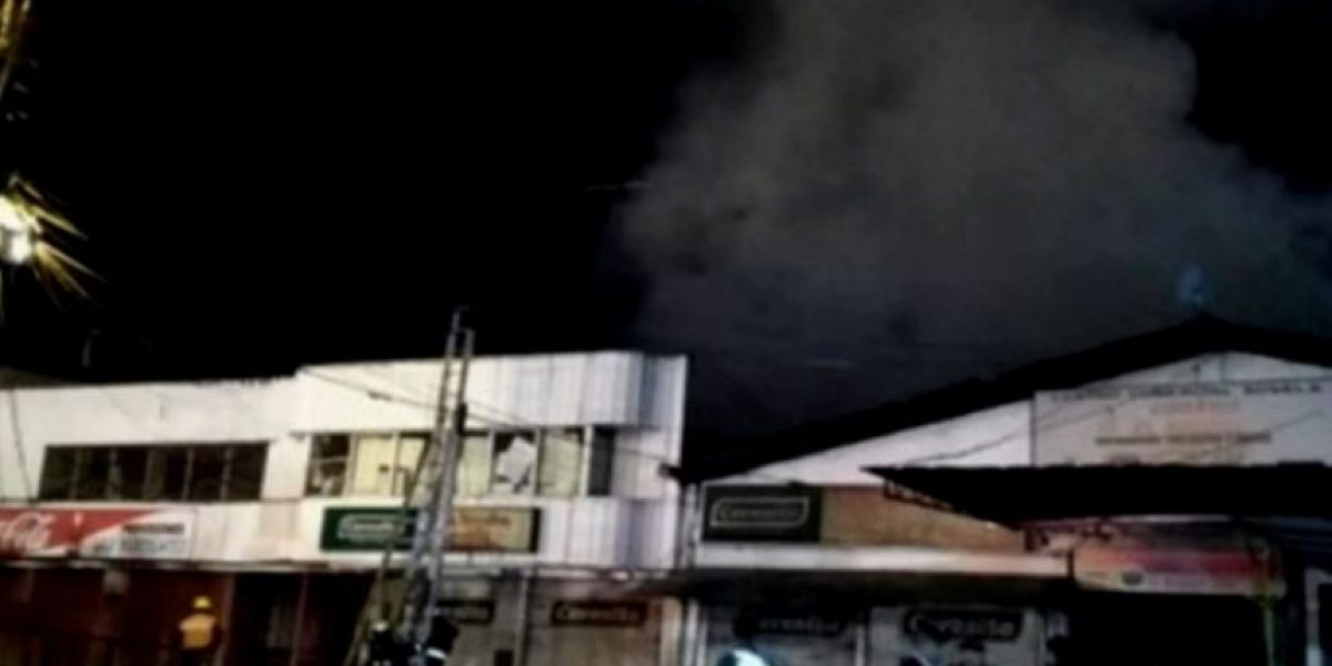 Bomberos combatió incendio que afectó a la Vega Techada de Los Ángeles