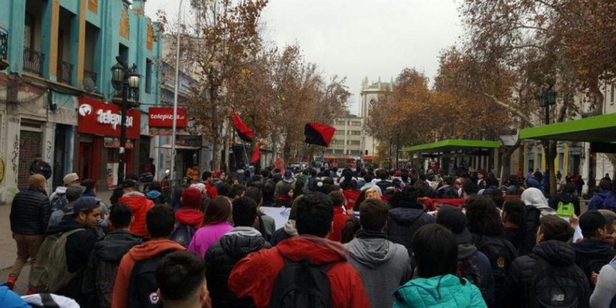 Estudiantes de la Unab marchan por el bandejón central de la Alameda
