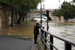 La crecida del río Sena alcanzó los 5.13 metros (16 pies). Foto:AP. Imagen Por: