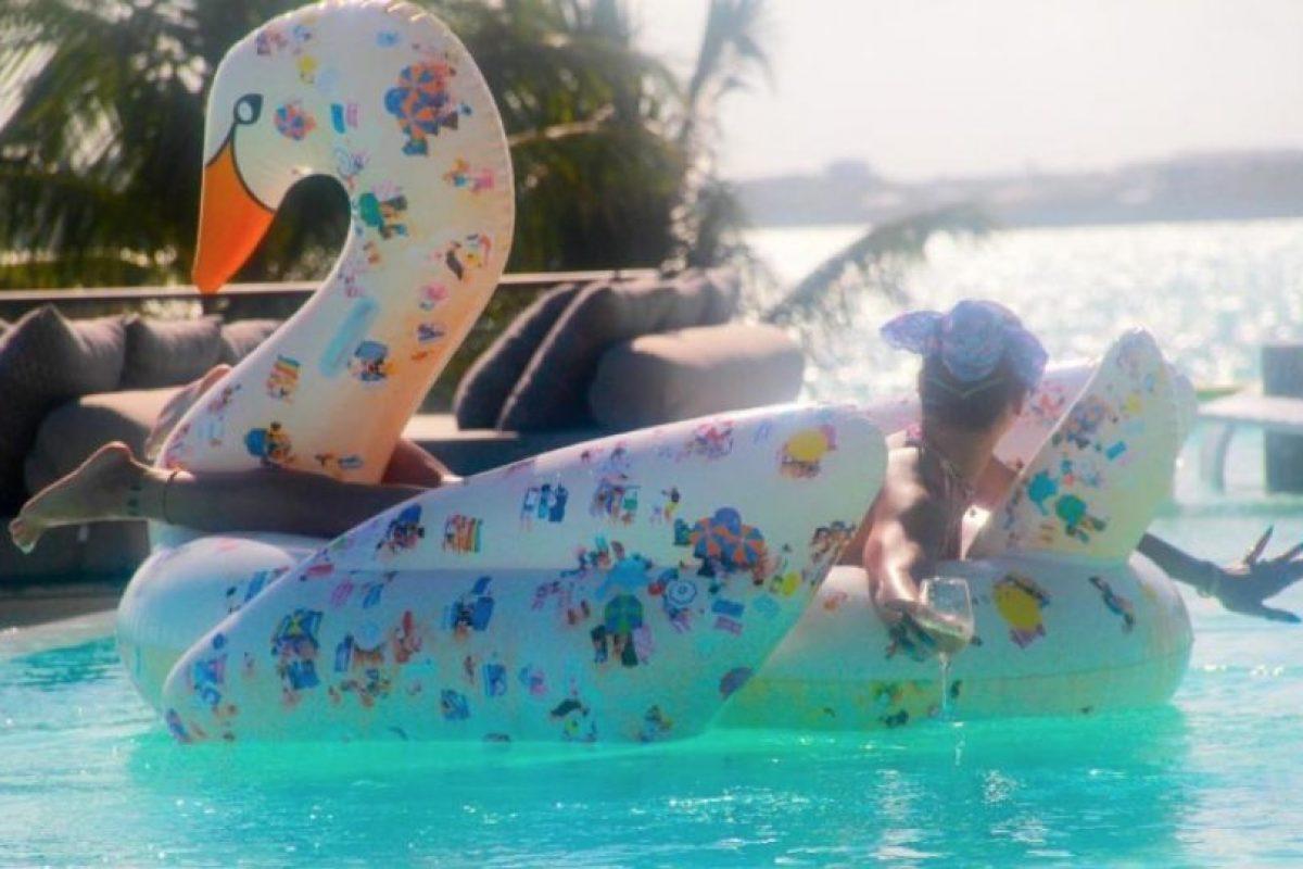 Posó en un ganso inflable en su piscina Foto:Vía Instagram/@mdollas11. Imagen Por:
