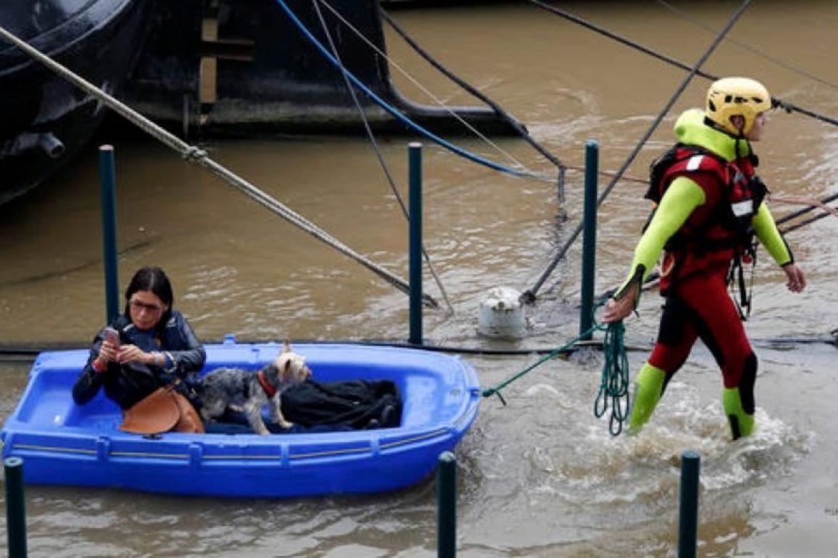 Algunos locales han quedado atrapados en distintos puntos. Foto:AP. Imagen Por:
