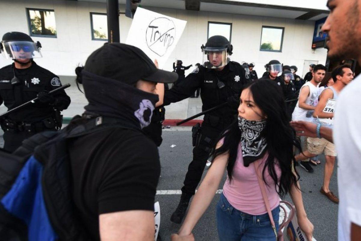 Los detractores de Trump esperaron a sus simpatizantes al salir del Centro de Convenciones de San José, el pasado jueves Foto:AFP. Imagen Por:
