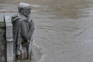 Autos y distintos monumentos han quedado cubiertos por el agua. Foto:AFP. Imagen Por: