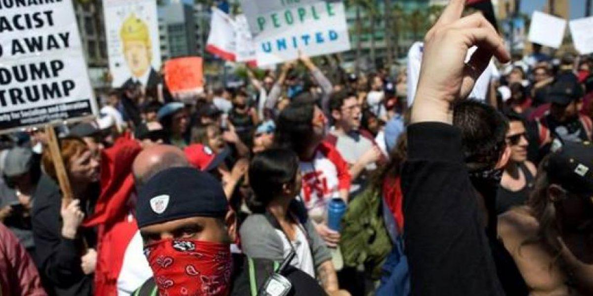 Manifestantes agreden a seguidores en un mitin de Trump y queman la bandera de EEUU