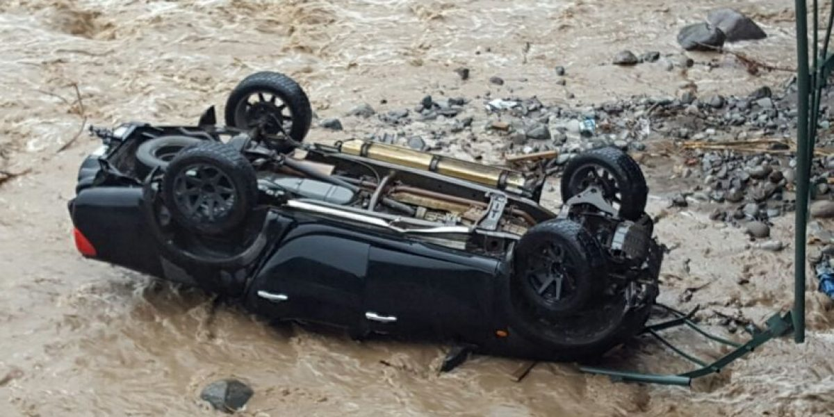 Bomberos trabaja en el lugar: camioneta cayó al río Mapocho