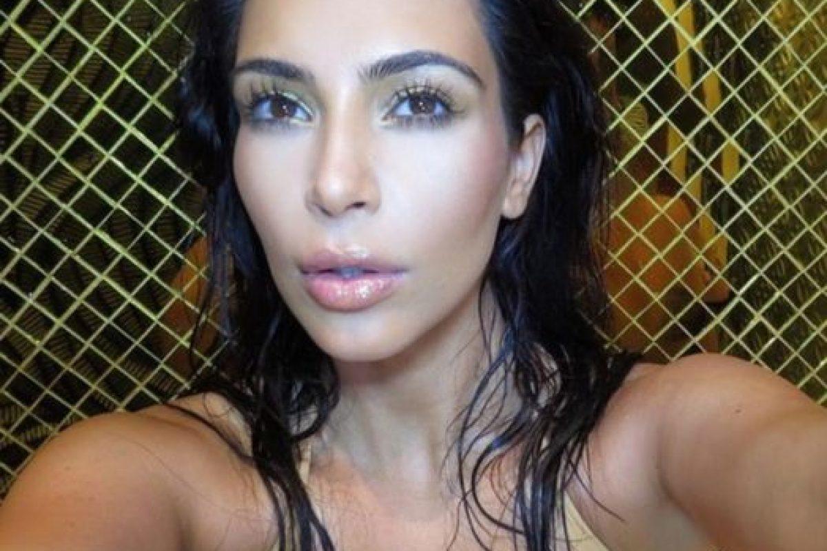 A Kim Kardashian la critican por sus curvas. Mide 1,59 mts (5,2 ft) y pesa 65 kgs (43 libras). Foto:Instagram. Imagen Por: