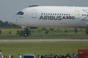 El A350 es la primera aeronave diseñada por Airbus en la que tanto el fuselaje como las estructuras del ala están formadas principalmente por materiales compuestos. Foto:Getty Images. Imagen Por: