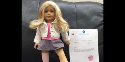 Video: Niña con prótesis llora al recibir una muñeca como ella