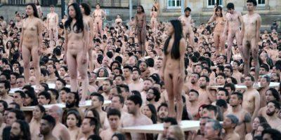 Miles posan desnudos en Colombia para el lente de Spencer Tunick