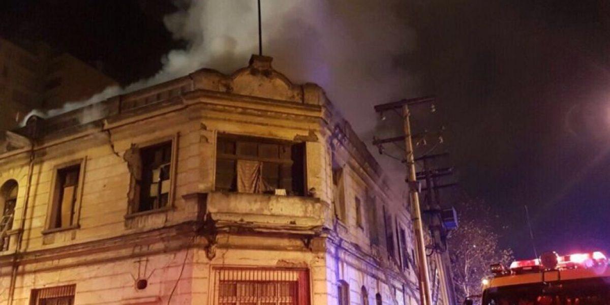 Más de 10 damnificados dejó incendio en casona de Santiago Centro