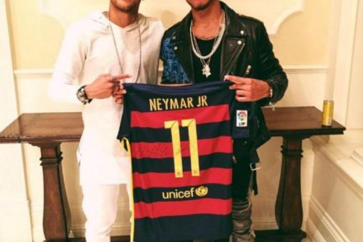 El piloto inglés de Fórmula 1 vivió el partido de Brasil con Neymar y recibió su camiseta de regalo Foto:Twitter Lewis Hamilton. Imagen Por:
