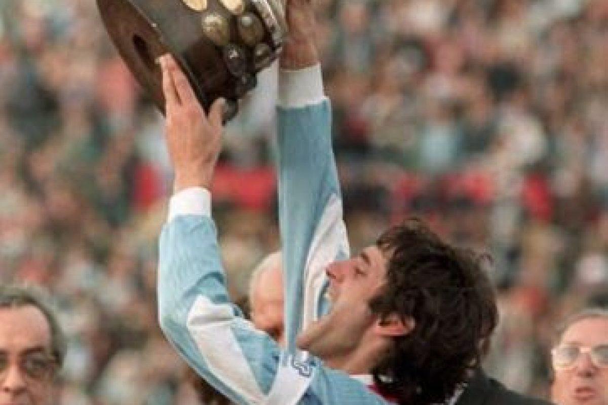 Enzo Francescoli tuvo el honor de levantar una de las quince copas que ha ganado Uruguay Foto:AFP. Imagen Por: