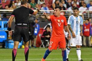 Medel no quedó contento con el partido ante Argentina y lo demostró con la discusión que protagonizó con Ángel Di María Foto:AFP. Imagen Por: