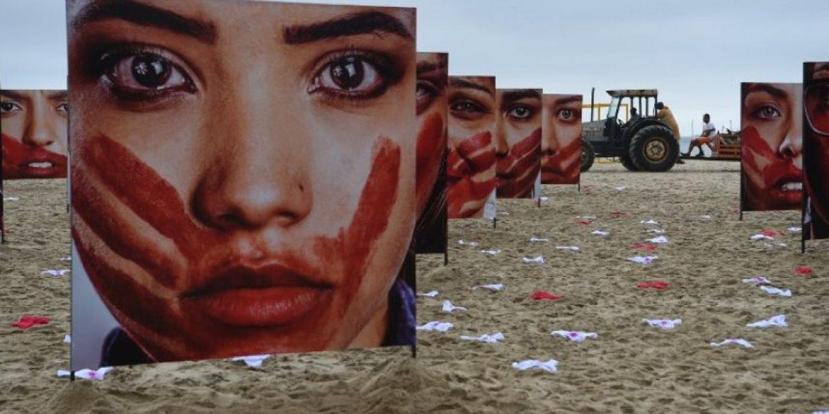 Extienden ropa interior femenina en la playa de Copacabana