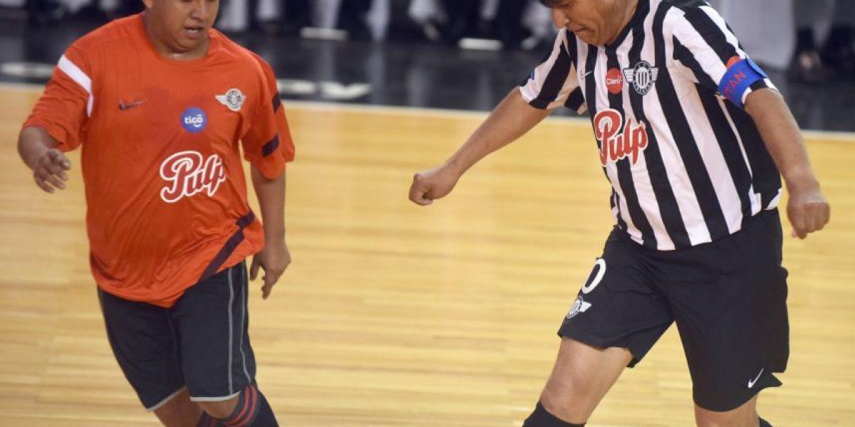 Evo Morales se lesiona jugando fútbol y deberá ser operado