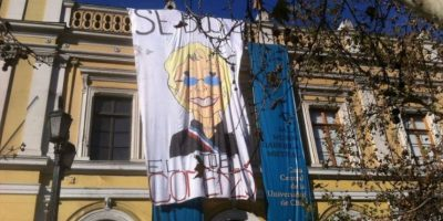 Estudiantes despliegan lienzo con advertencia para Bachelet: