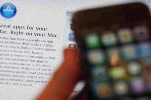 Sólo deben bajarla de las tiendas de aplicaciones que les correspondan. Foto:Getty Images. Imagen Por: