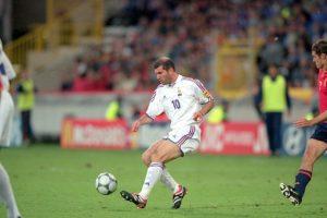 El astro francés jugó tres Eurocopa (1996, 2000 y 2004). Comandó el título que consiguieron el 2000 en Bélgica-Holanda tras vencer a Italia en la final Foto:Getty Images. Imagen Por: