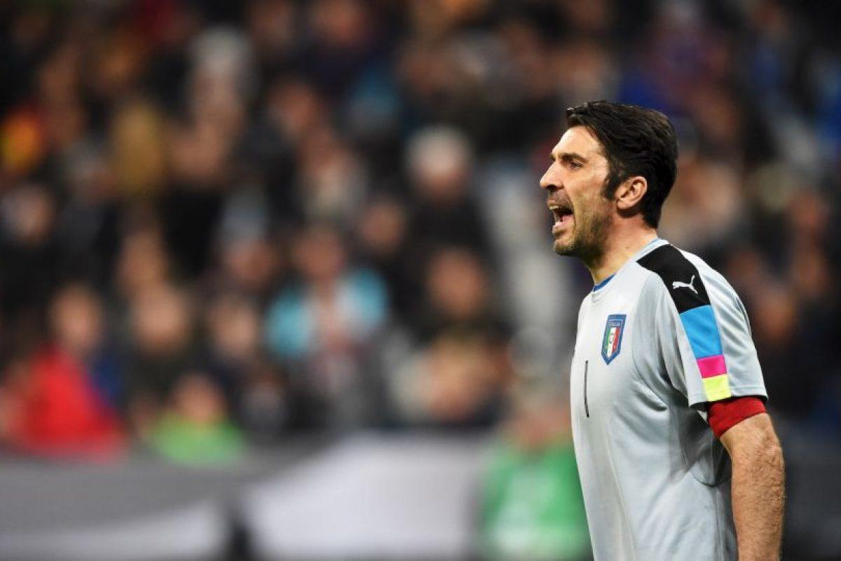 El portero italiano fue el elegido por los usuarios del sitio web oficial de la UEFA. Ha disputado el torneo de 2004, 2008, 2012 y ahora jugará el de 2016, pero aún no suma ningún trofeo. Foto:Getty Images. Imagen Por: