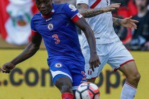 La débil selección de Haití dejó una buena impresión en su debut y parecía sacar un empate ante Perú, pero los incaicos vencieron sobre el final Foto:Getty Images. Imagen Por: