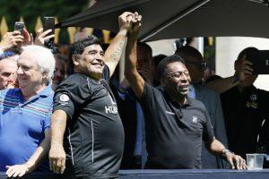 Cuando Pelé le preguntó qué pensaba de Messi, el Barrilete Cósmico respondió 'no tiene personalidad'. Sin embargo, lo que no se percató Maradona es que había un micrófono que captó su respuesta Foto:AFP. Imagen Por: