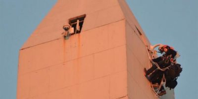 Despliegan bandera en Obelisco de Buenos Aires contra minera Barrick