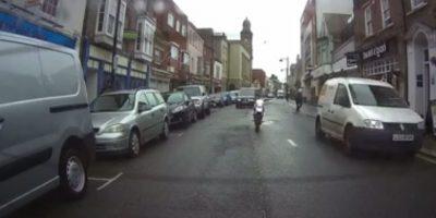 ¡Se pasó! Motociclista fantasma asombró a conductores en calle de Inglaterra